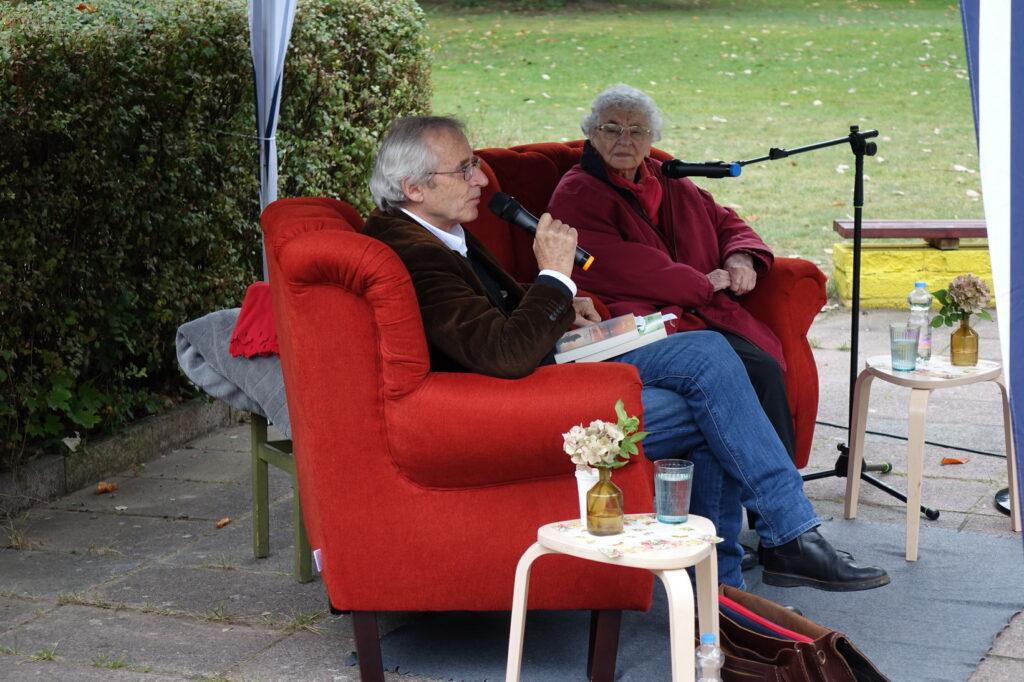 Lutz Kliche with Ruth Weiss - sharing experience in uncertain times - Brandenburg 29.9.2020 (Photo J.Stopa RAA)