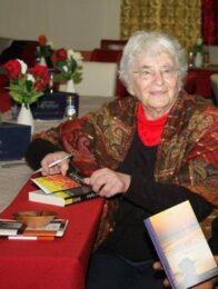 Ruth Weiss signiert ein Buch