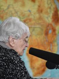 Ruth Weiss vor Afrikakarte bei einem Vortrag